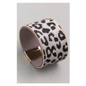 Jewelry - 💥NEW💥 Vegan Leather Gray Animal Print Cuff